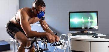 Atleta em bicicleta ergométrica fazendo teste de vo2max