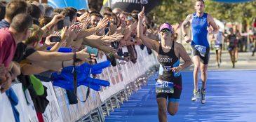 atleta vence prova de triathlon olímpico