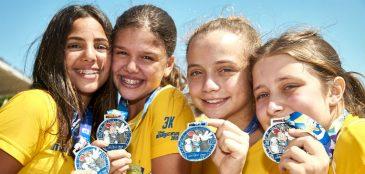 crianças mostrando suas medalhas