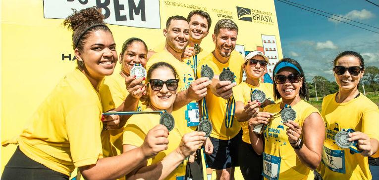 Pessoas mostrando suas medalhas