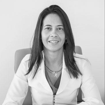 Nutricionista (UFF), especializada em Nutrição Esportiva (UERJ) com doutorado em Ciência de Alimentos (UFRJ). Coordenadora do setor de nutrição da Federação de Atletismo do Rio de Janeiro por 10 anos, é sócia da Protreina Consultoria Nutricional e atleta amadora de meia-maratona, maratona e ultramaratona.
