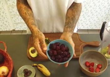 Receita saudável de smoothie de amoras e avocado