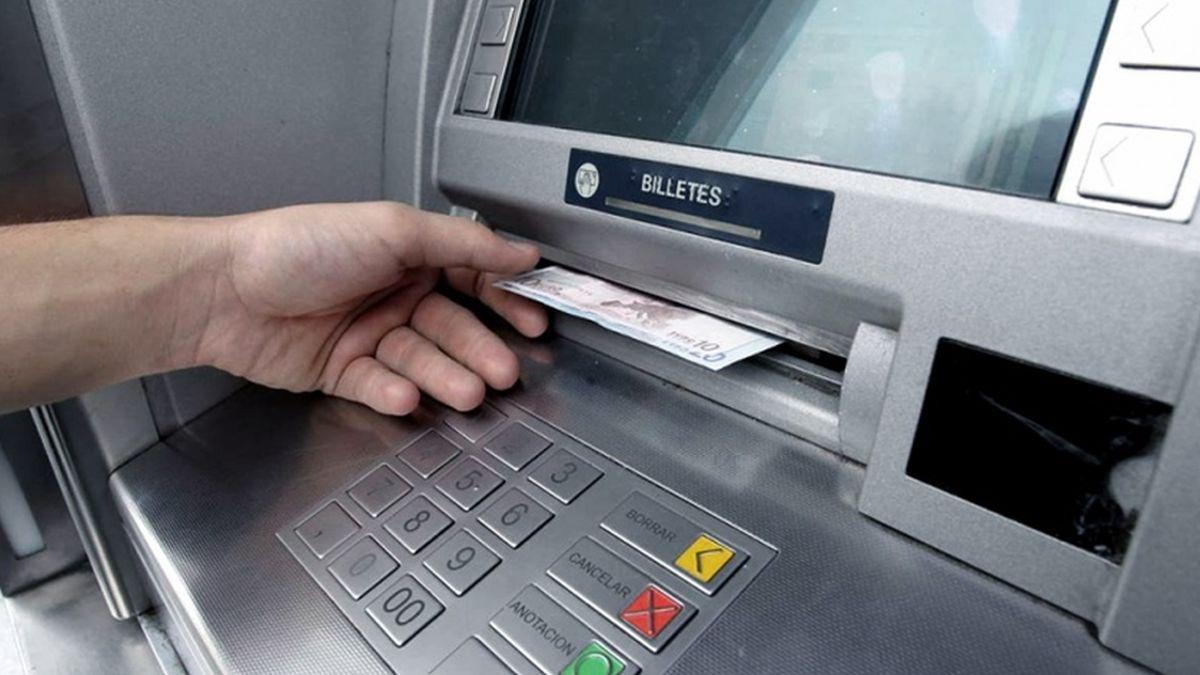 ¿Cuánto costará retirar dinero de los cajeros automáticos?/Titulares de Economía