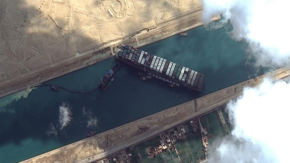 El Canal de Suez permanece bloqueado por tercer día y más de 200 barcos aguardan/Titulares de Noticias de Chile
