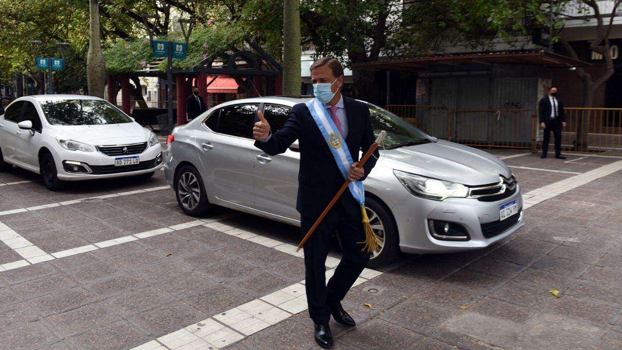 En auto sobre la peatonal: así llegó Suárez a la Legislatura/ Titulares de Política