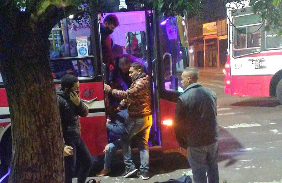 pasajeros evitaron el robo de un autobús y redujeron a uno de los delincuentes/ Titulares de La Matanza