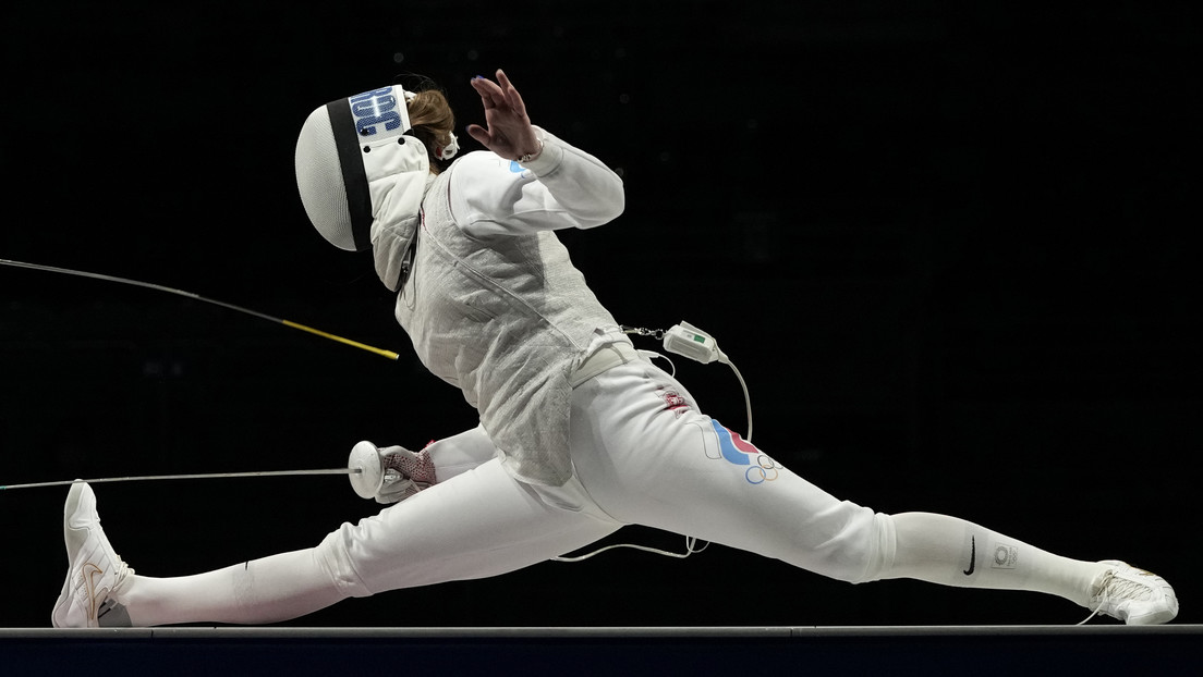 Una esgrimista rusa abandona el estadio en silla de ruedas, tras competir con una lesión para hacer posible el oro para el equipo del COR en Tokio – Mundo