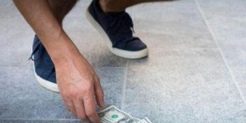 Encontré dinero en la calle, ¿es legal o es un delito guardarlo?
