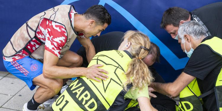 Cristiano Ronaldo dispara un fuerte pelotazo que noquea a una mujer del equipo de seguridad y se apresura a ayudarla (VIDEO) – Mundo