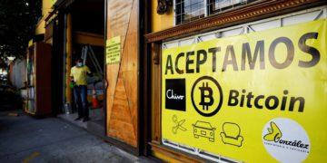 El Salvador: más de un millón de personas ya operan con bitcoins en locales comerciales / Titulares de Tecnología