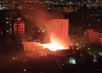 Bomberos buscan apagar fuego en calle Colón/Titulares de Policiales en Mendoza