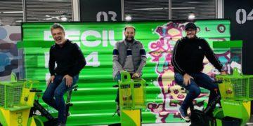 Crearon una bicicleta fija para reciclar botellas pedealeando