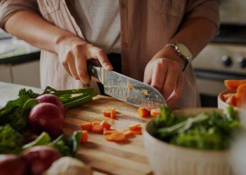 El truco genial para limpiar y matar las bacterias de la tabla de cortar sin usar jabón   Life