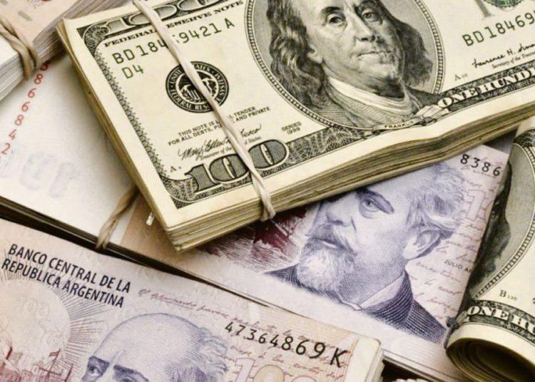 Ahorradores argentinos acaparan el 10% de los dólares en circulación en el mundo/ Titulares de Economía