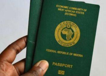 FG suspende los pasaportes de 2000 viajeros mientras Nigeria sale de la lista ámbar del Reino Unido / Titulares de Noticias Internacionales