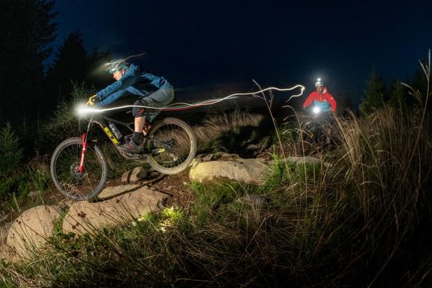 Cabalgata nocturna: 6 consejos para andar en bicicleta de montaña por la noche / Titulares de Bicicletas