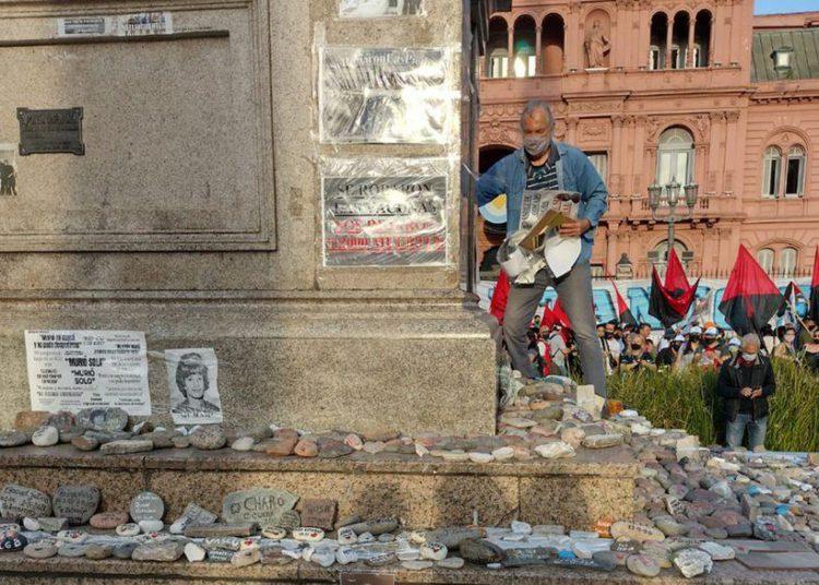 Militantes arrancaron carteles y pisaron las piedras que recuerdan a víctimas de la covid-19