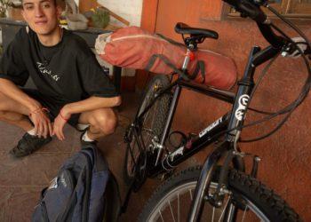 ¿Cómo fue el rapero que viajó de Mendoza a Buenos Aires en bicicleta para cumplir una promesa?/ Sociedad