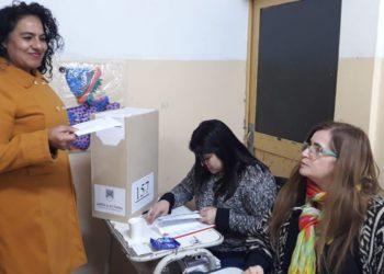 La candidata de el MAS trabaja en la escuela y no consigue licencia para su campaña/ Titulares de Rio Negro