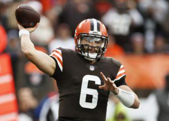Browns descartan a Mayfield por lesión en el hombro / Titulares