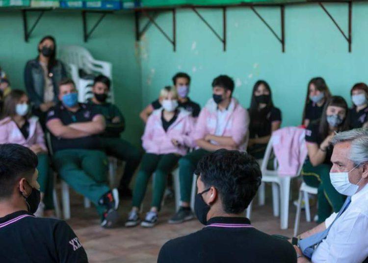 Alberto Fernández visitó un colegio en Temperley y conversó con los estudiantes – Titulares