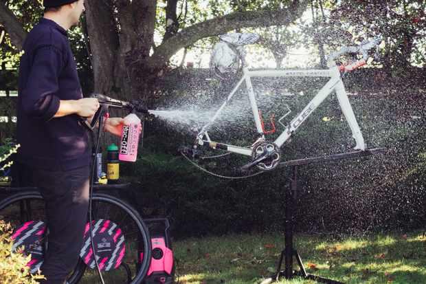 Cómo lavar a presión una bicicleta de forma segura / Titulares de Bicicletas