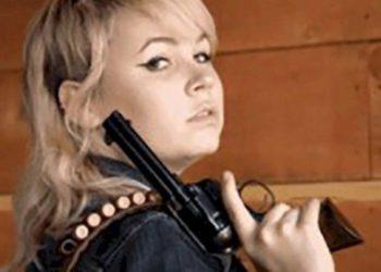 Una joven que estaba realizando su segunda película fue la encargada de controlar el arma con la que disparó Alec Baldwin/ Sociedad