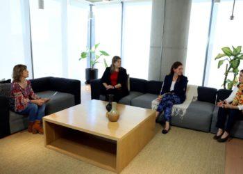 Las mujeres tienen una forma de liderazgo que se basa más en la colaboración./ Titulares de Economía